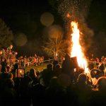 Kinder der Elterninitiative Ü-Dötzchen stehen um das Martinsfeuer