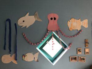 Eine gebastelt Krake und Fische hängen an der Wand
